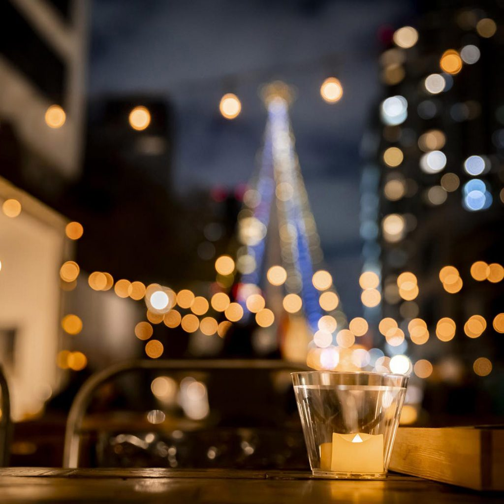 いつかあなたがワクワクしながら迷い込んだ海外の路地裏。 一歩入ると明かりの下に路店が並びます。 お気に入りを探しながら出会う人と会話を楽しんでみては。